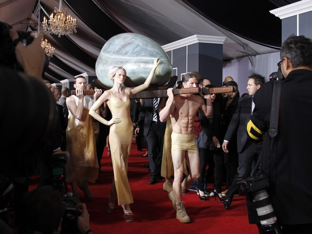 Lady Gaga liess sich 2011 in einem eiähnlichen Kokon hereintragen...