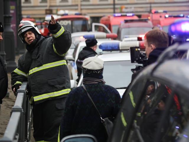 Rettungskräfte vor der U-Bahn-Station Sennaja Ploschtschad.