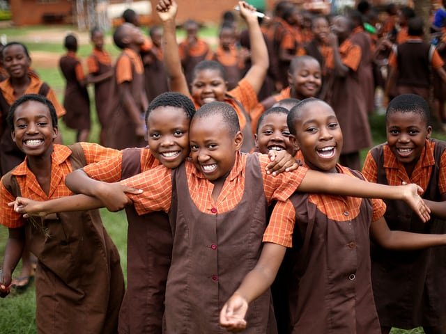 Schulkinder vor der Kamera.