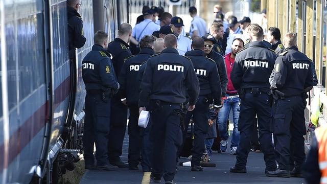 Polizia e fugitvs sin ina staziun da tren en il Danemarc.