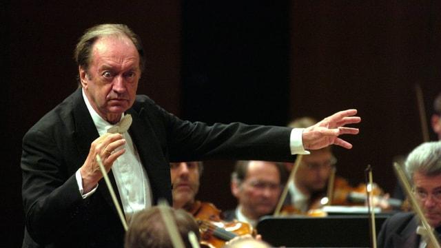 Nikolaus Harnoncourt, der es als lange belächelter Vorreiter der Alten Musik in die Gilde der ganz Grossen geschafft hat, während eines Konzertes.