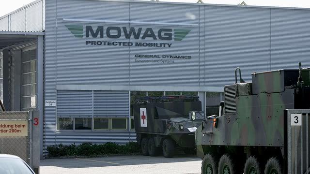 Der Mowag Unternehmenssitz in Kreuzlingen, davor ein Armeefahrzeug.