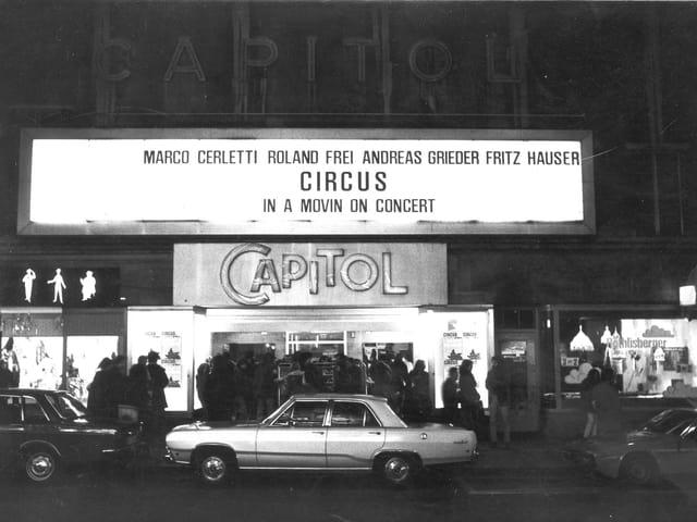 """Fassade des Kinos mit Leuchttafel """"Circus In a Movin On Concert"""""""