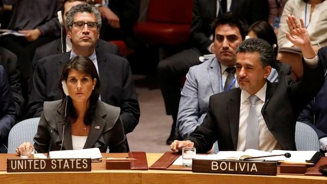 Die Vertreterin der USA und der Vertreter Boliviens im Sicherheitsrat. Letzterer hebt den Arm.