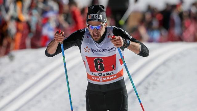Ueli Schnider läuft in einem Rennen in der klassischen Technik.