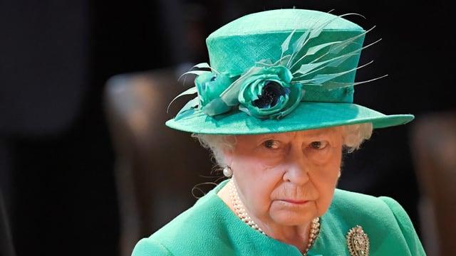 Queen Elizabeth mit versteinerter Miene und in grünem Kleid
