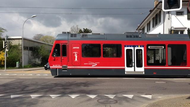 Roter Zug fährt.