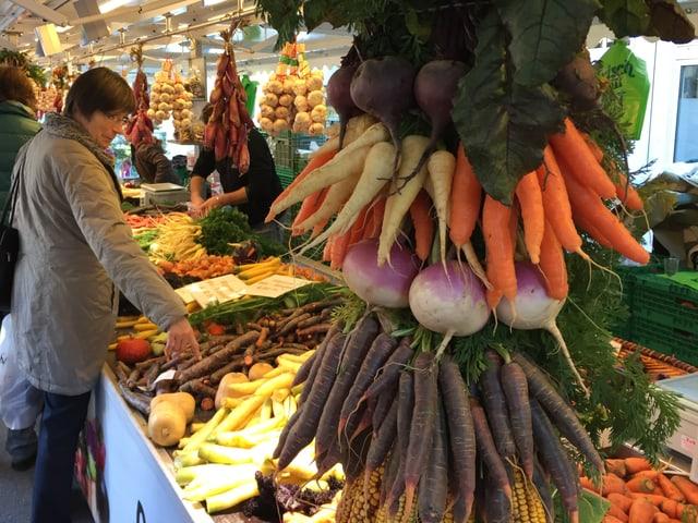 Marktstand mit Karotten