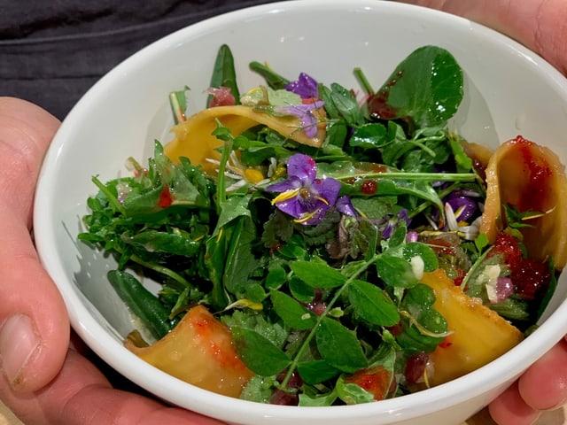 Wildpflanzen Salat  mit Goldranden Dressing