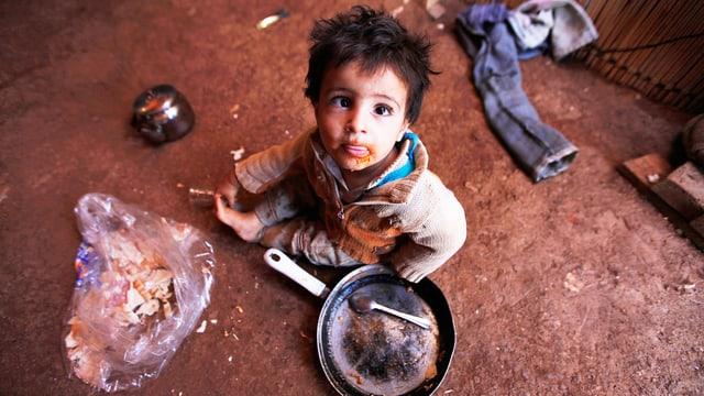 Ein syrischer Flüchtlingsbub in einem Lager