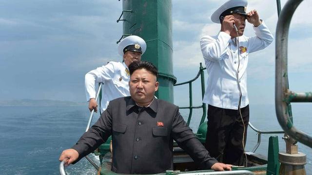 Kim Jong Un mit zwei Marinangehörigen auf einem U-Boot an der nordkoreanischen Küste.