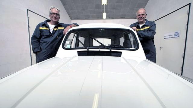 Die Brüder Beat und Andreas Lehmann stehen links und rechts von ihrem weissen Renault 4.