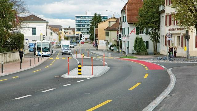 Neu gestaltete Strasse in Wangen bei Olten mit Velostreifen und Mittel-Insel