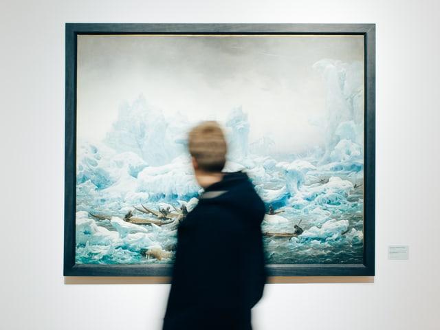 Ein Mann in der Ausstellung «Die Rückkehr der Finsternis».