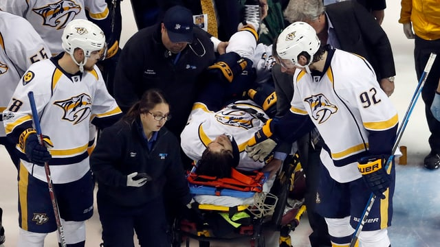 Kevin Fiala wird mit der Trage vom Eis gebracht werden.