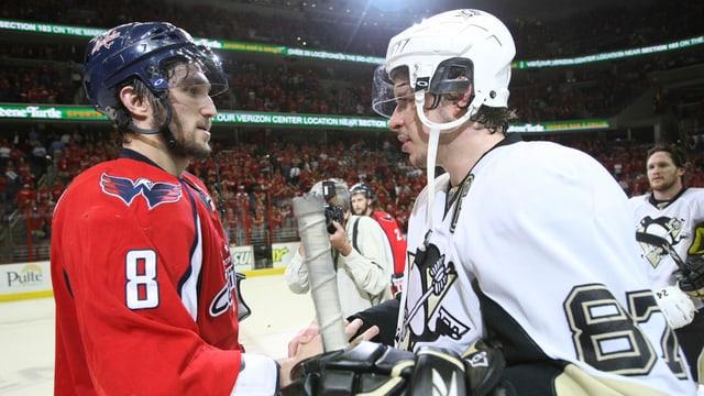 Alexander Owetschkin und Sidney Crosby schütteln sich die Hände.