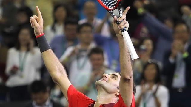 Roger Federer streckt beide Arme in die Höhe.