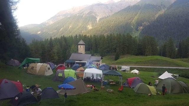 L'Open Air Chapella cun sias tendas da durmir e la vista sin la tribuna.