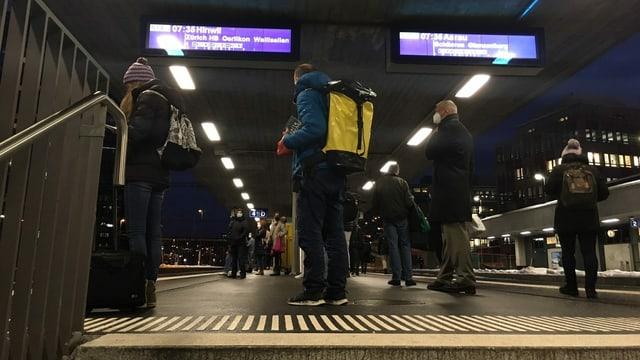 Menschen auf dem Perron am Bahnhof Altstetten.