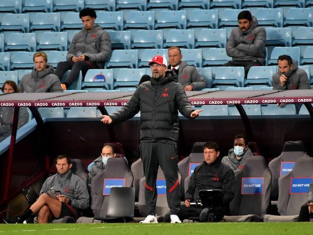 Liverpool-Trainer Jürgen Klopp traut beim Gastspiel in Aston seinen Augen nicht. Die «Reds» verlieren gleich mit 2:7.