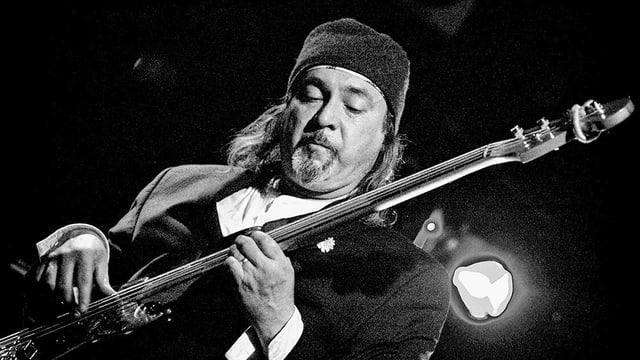 Ein Mann spielt eine Bassgitarre.