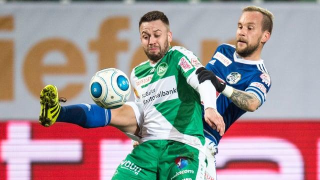 Andreas Wittwer und Markus Neumayr im Kampf um den Ball.