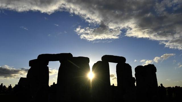 Aufeinandergestellte, riesige Steine. Die Sonne scheint durch.