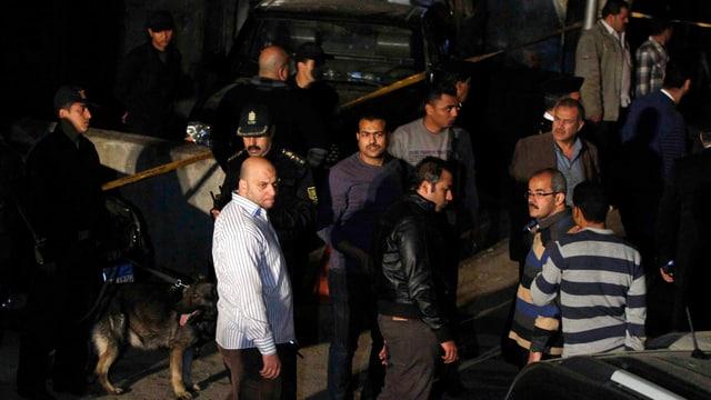 Ermittler nach der Explosion einer Bombe in der Nähe der israelischen Botschaft in Kairo.