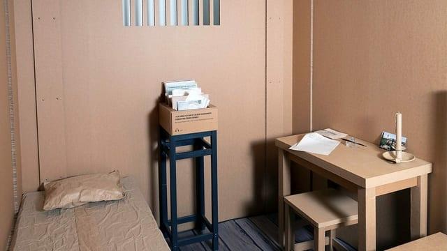 Reconstrucziun en chartun d'ina cella en la chasa da correcziun Realta per l'exposiziun «Emblidadas da la ventira» en il Museum retic a Cuira.