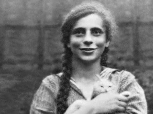 Ein Mädchen mit einer Katze auf dem Arm.