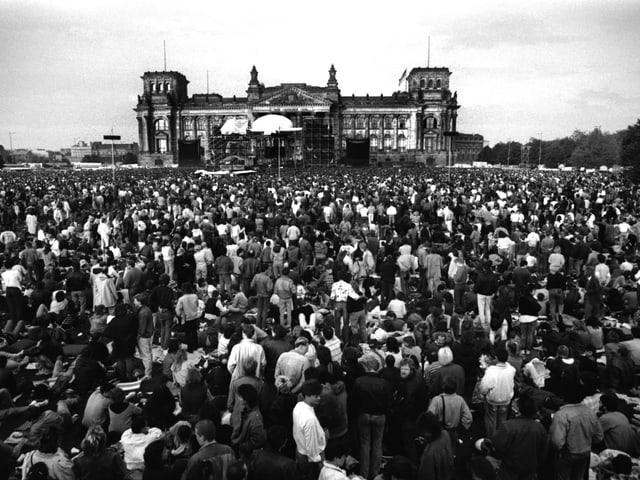 Westberliner vor dem Reichstag beim Bowie-Konzert 1987