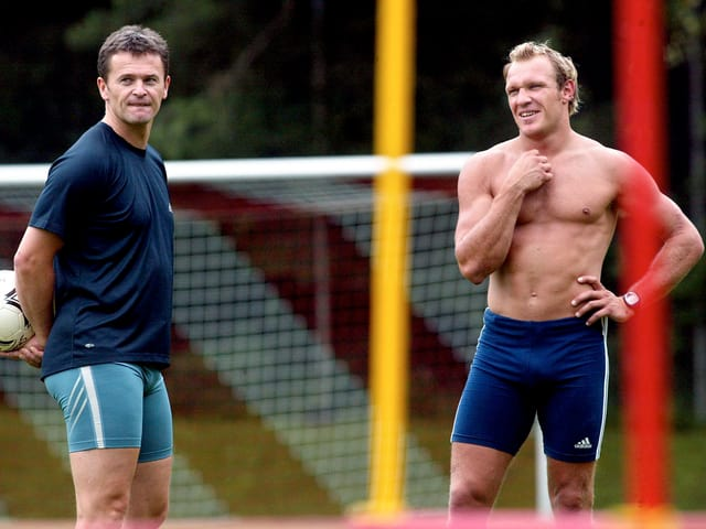 Andy Evers im Sommertraining mit Hermann Maier, der sich mit nacktem Oberkörper auf einen Volleyball-Plausch vorbereitet.