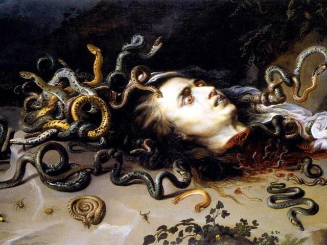 Am Hals abgetrennter Frauenkopf mit Schlangen auf dem Haar