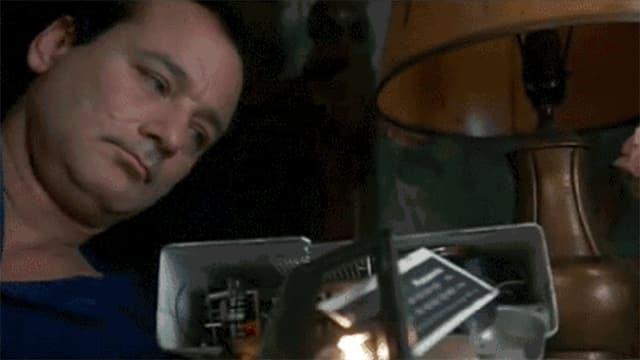 Animiertes GIF: Bill Murray schlägt einen Wecker kaputt.