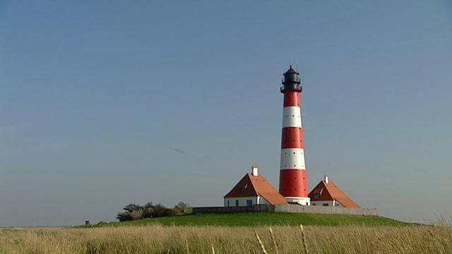 Ein typischer Nordfriesischer Leuchtturm vor blauem Himmel.