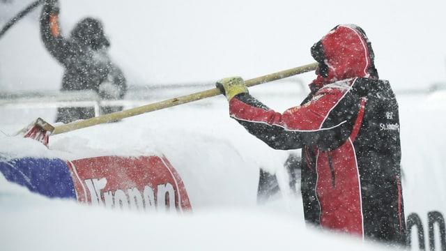 Pistenarbeiter in Zauchensee schaufeln im Schnee