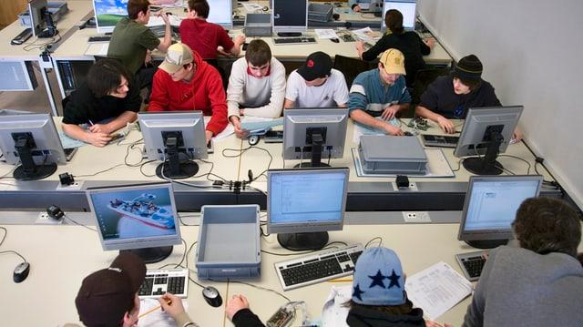 Schülerinnen und Schüler der Abteilung Informations-Technik an der Technischen Berufsschule Zuerich TBZ.