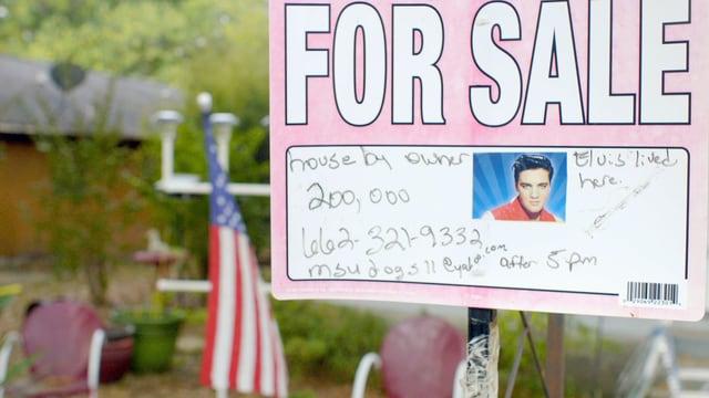 Ein For Sale Plakat mit Elvis Porträt.