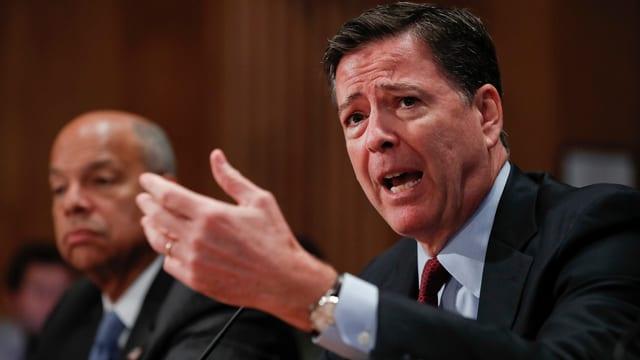 FBI-Direktor Comey redet aufgeregt an einer Medienkonferenz.