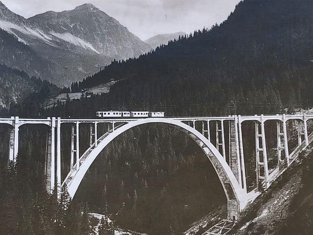 Eine Eisenbahn fährt über eine Brücke.