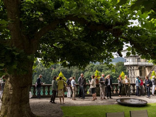 Leute tummeln sich im Garten vom Von Wattenwyl-Haus.