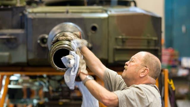 Mitarbeiter reinigt Panzer