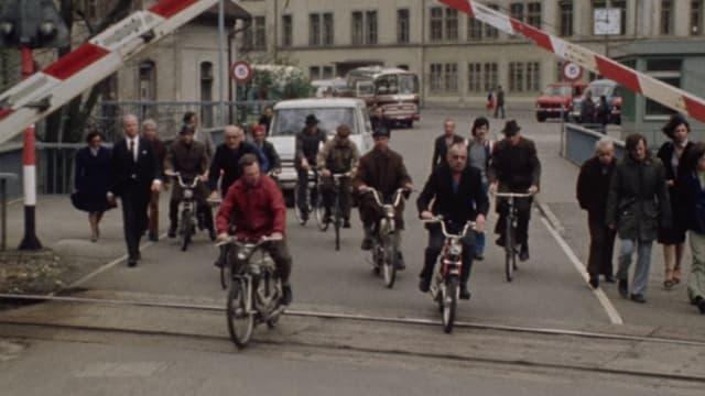 Arbeiter verlassen Fabrikgelände im Jahre 1978