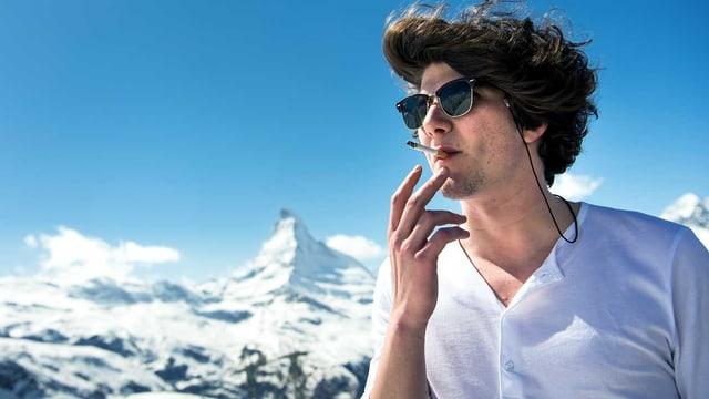 Der junge Musiker Faber raucht eine Zigarette vor dem Matterhorn.