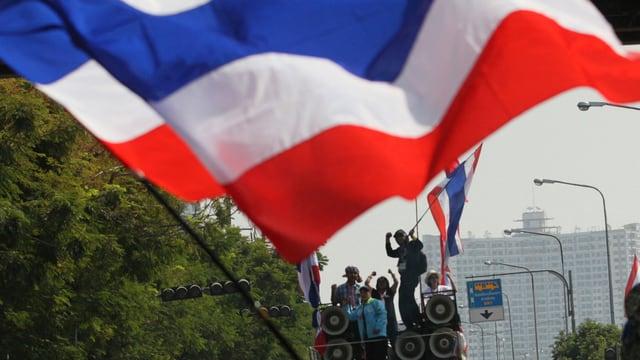 Demonstranten mit einer Thailändischen Flagge