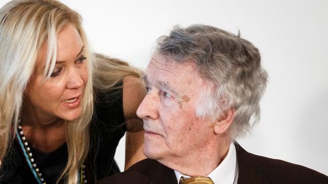 Tochter Vera Weber spricht mit Franz Weber.