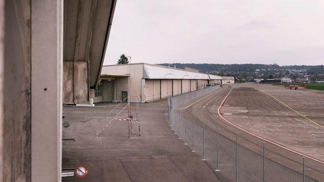 Blick auf den leeren Platz des ehemaligen Militärflugplatzes in Dübendorf