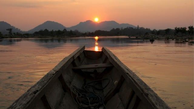 Blick aus einem Einbaum auf den Fluss Mekong in Laos.
