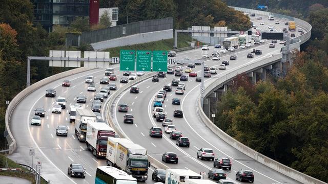 Eine Autobahn voller Autos.