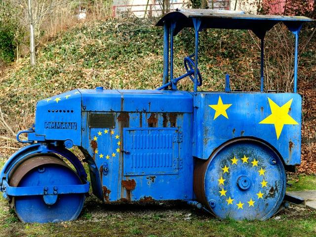 Walze in den Farben der Europaflagge.